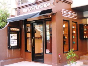 こちらのお店はJR渋谷駅から徒歩5分、東急田園都市線代官山駅から徒歩7分ほどの距離にあります。スペシャルティコーヒーを気軽に飲めるお店で、コーヒー豆についての質問にも丁寧に答えてくれます。