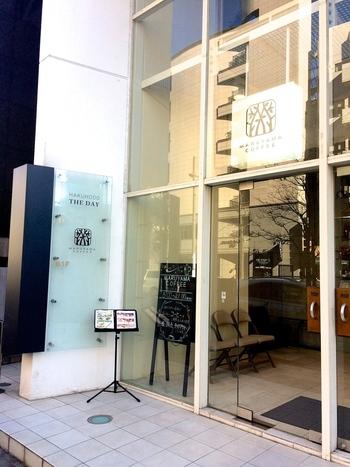 東京メトロ広尾駅から徒歩8分ほどの距離にあるこちらのお店。軽井沢に本店があるコーヒー専門店で、オーナーの丸山健太郎さんが自ら、独自のルートで直接買い付けた個性豊かなクオリティの高いコーヒー豆を扱っています。