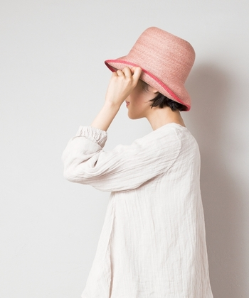 イタリアのハンドメイド技術にこだわり、一流メゾンのコレクションも手掛けているブランド「ITALIAN HAT COMPANY(イタリアンハットカンパニー)」。 こちらは女性らしい柔らかなピンク色が、落ち着いた印象を与えるペーパーハットです。シンプル過ぎる帽子じゃつまらないと感じる人におすすめ。