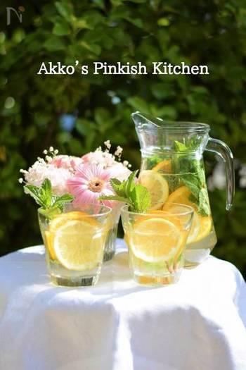 ペリエを使ったシュワっと弾ける炭酸が爽やかなデトックスウォーター。レモンとオレンジの甘酸っぱい風味が癒してくれます。