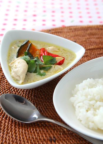 エスニックなカレーで外せないグリーンカレー。ココナッツの香りが食欲をそそります。タイ米のようなパサっとしたお米との相性が◎