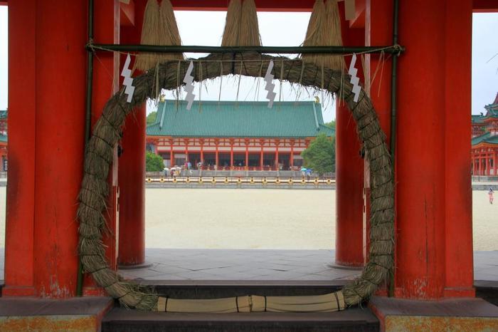 平安遷都1100年を記念して、明治28年に創建された平安神宮。こちらの神社で茅の輪くぐりを体験できるのは、鮮やかな朱塗りの応天門です。例年16時から式典が執り行われます。