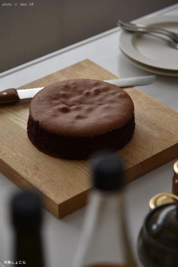 とろっと濃厚なチョコレートと、口溶けの良いしっとりとしたチョコレートの組み合わせが素晴らしい「半熟ショコラ」。老舗菓子菊屋さんのスイーツです。冷凍ホールケーキになっているので、来客用として準備しておくのも◎ 冷蔵庫で5〜6時間で食べ頃になるそうですよ。