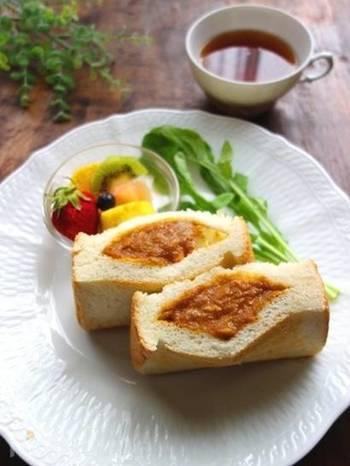 パンにサンドするタイプのカレーパンなら、揚げたカレーパンとは違って簡単におうちで作ることができますよ。残ったカレールーをアレンジして作れるので、翌日の朝ごはんにもおすすめです。