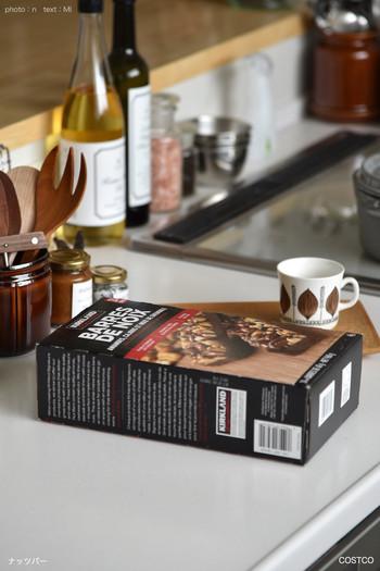 お菓子の種類がたくさんあって、迷ってしまうコストコ。こちらはカークランドの人気のお菓子。カシューナッツやくるみ、ひまわりの種などいろいろなナッツがはちみつでコーティングされたチョコレートバーです。