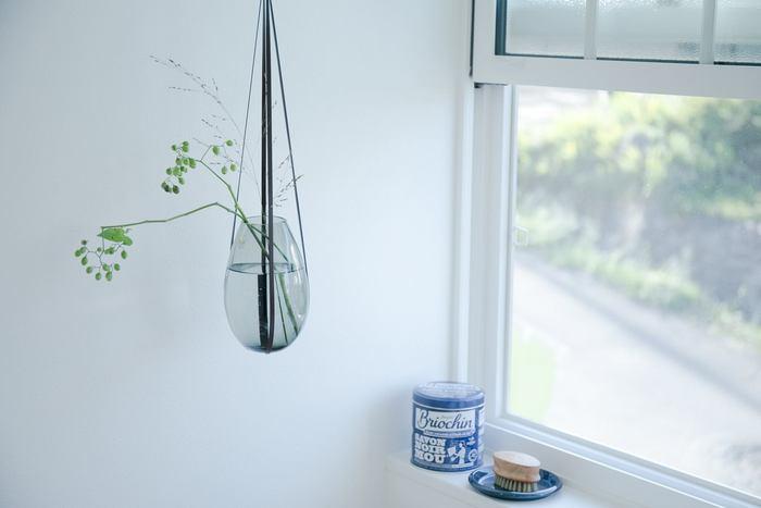 上記で紹介したデンマークの「HOLMEGAARD」のフラワーベース「コクーン」専用のレザーハンギング。夏の窓辺に吊るして飾れば、お部屋の中がよりさわやかで心地よく感じられるかも。