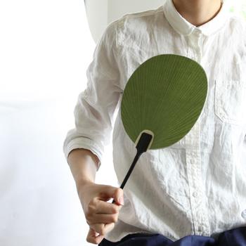 1898年創業の老舗の竹製品ブランド「公長齋小菅(こうちょうさいこすが」の京うちわ。細い竹ひごを並べ、両面に紙を貼り、柄を差し込んだ京うちわは、京都の工芸品として親しまれており、その歴史は古く、南北朝時代から続くそう。そんな歴史ある京うちわは、丸亀うちわ、房州うちわと共に「日本三大うちわ」の一つです。