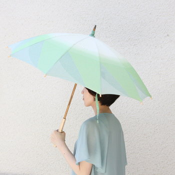 創業1866年。傘生地や服地を製造するメーカー「槙田商店(まきた商店)」。『もっていて楽しくなる傘』 のコンセプト通りに、遊び心を感じさせる野菜をモチーフと下「菜シリーズ」の日傘。