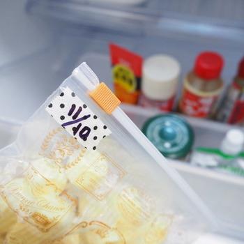 次に、冷蔵庫に戻す食材の確認をします。消費期限が切れているもの、この先も食べることはなさそうだと思うものは思い切って処分してしまいましょう。賞味期限がひと目でわかりにくいものは、詰め替えてメモを添えておくとバッチリです。