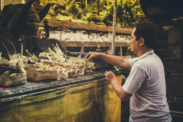 """スカルノがマレー語をベースにした「インドネシア語」を採用した理由の一つが、""""文法の簡単さ""""だそう。  例えば、英語の「go(行く)」という単語は「go-went(過去)-gone(完了)」など、時制によって変化します。英語は、一つの動詞を取ってみても私達日本人には「ややこしい」と感じてしまう言語です。その点、インドネシア語はこういった「時制」がなく、動詞が変化することはほぼありません。""""明日""""という単語があれば未来のこと・・・など文脈で時制を汲み取るという仕組みになっています。"""