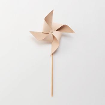 一枚のレザーから作られているヌメ革の風車は、薄めの革が使用されており滑りが良いため、風を受けて良く回ります。