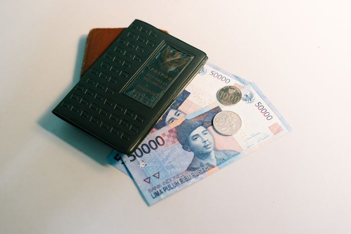 お金は「カード」と「現金」どちらでも支払いができるようにして、保管場所をひとつにまとめないようにしましょう。カードは、できればカード会社の違うものを2枚以上持っておくと現地でどちらか使えない場合でも安心ですね。 海外は、日本よりもずっとカード文化が進んでいるところも。現金は最低限の金額が望ましいですが、どうしても高額になる場合は違うカバンに入れて分散して持ち運ぶようにするのが○。