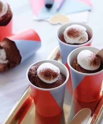紙コップのケーキでもデコレーションは楽しめます。ココアで作るチョコシフォンケーキが焼けたら、ホイップクリームを注入。上にもちょこんとのせます。ココアのほかに、アラザンやチョコスプレーなどを使えば、さらに豪華なデコレーションになりそうですね。