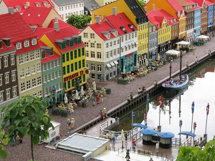 2017年名古屋にもオープンしたレゴランド。デンマークにある世界初のレゴランドは45エーカー(東京ドーム約4個分)で名古屋の約2倍。10のエリアから構成され、30を超えるアトラクションが点在。レゴランド名物の世界の名所がレゴブロックで再現されたミニチュアの街もあります。レゴファンはもちろん、レゴファンじゃなくても1日たっぷり楽しめるテーマパークです。
