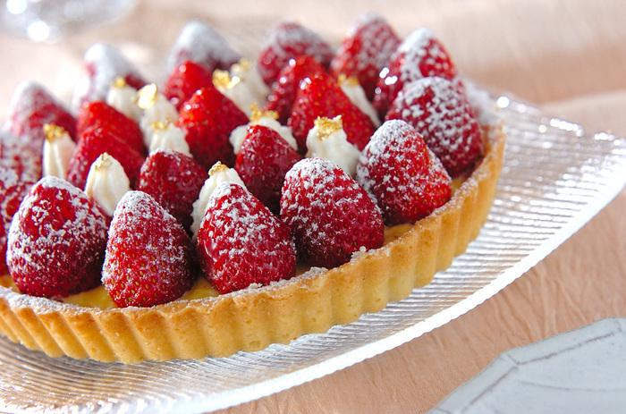 スポンジケーキの代わりにタルトにデコレーションする方法もあります。こちらはタルト生地から作るレシピですが、市販のタルトカップなどでアレンジも可能。苺の隙間のホイップクリームが可愛いアクセントになっています。苺の量がちょっぴり少なかった時にも役立つ方法です♪