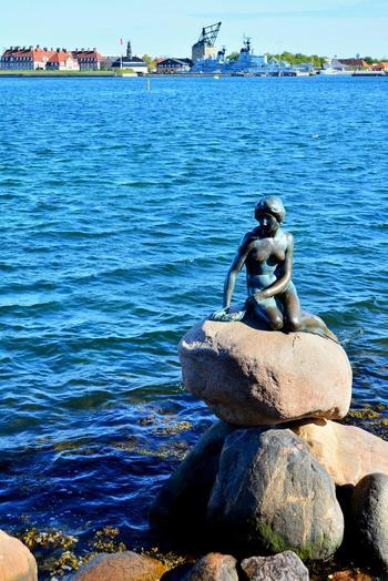 アンデルセン童話「人魚姫」をモチーフにした銅像は、言わずと知れたコペンハーゲンのシンボル。岸から数メートル先の海上に設置されていますが、干潮時には歩いて像まで行くことができます。アンデルセンの世界を堪能したいなら、ここは絶対に外せないスポットです。