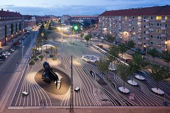 デンマークを代表する建築事務所とアーティスト集団が手掛けた、デンマーク国鉄の車庫跡地を利用して造られたユニークな公園。赤、黒、緑のゾーンに分けられた縦に長い公園はチュニジアのベンチやアフガニスタンのブランコ、日本のタコの滑り台など57カ国108種類もの遊具や公共物が配され、見ているだけでも楽しいですよ。