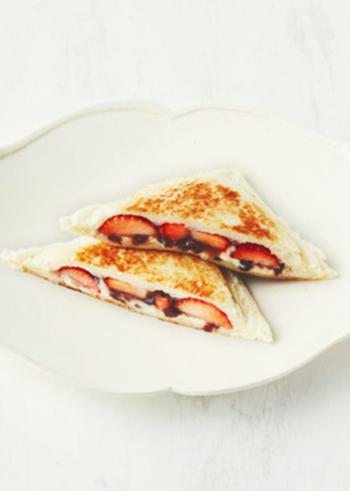 イチゴとつぶあんの大福風の組み合わせ。クリームチーズがとろけてまろやかな口あたりに。パリパリふんわりのパンとの相性ぴったりです。