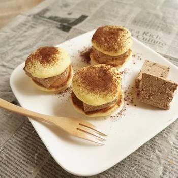 ホットケーキミックスとお豆腐を使ったふわふわパンケーキに、チョコクリームがたっぷり。あたたかくても冷たくても美味しいパンケーキサンドです。