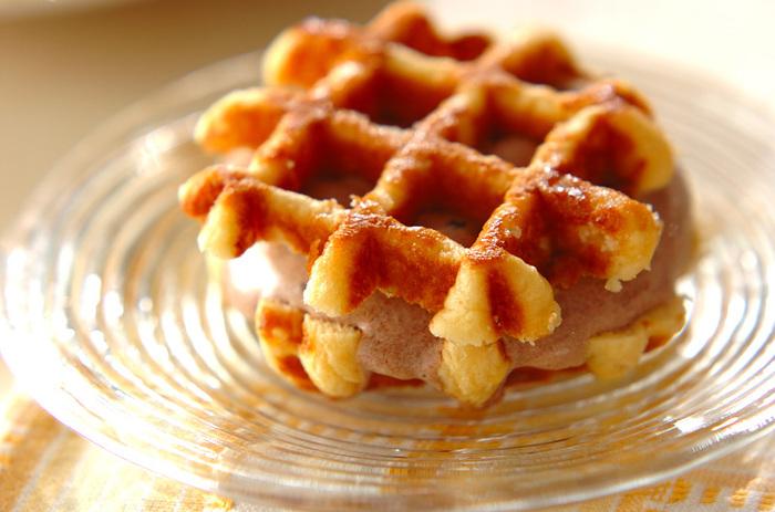 市販品のワッフルに、お好みのアイスをはさんで作る簡単レシピです。 ワッフルのカリカリの香ばしい甘さと、冷たーいアイスが絶品です。
