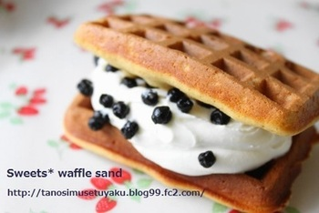 カリカリしたクッキーのようなワッフルに、たっぷりの生クリームとワイルドベリーをトッピング。ブルーベリーの甘酸っぱさが生クリームのやさしい甘さで惹き立てられます。
