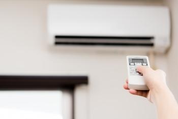 気温と湿度の両方が高い時は、エアコンのドライ機能を大いに役立てましょう。除湿によって湿度が下がれば、設定温度が少し高めでもかなり涼しく感じるはずです。エアコンはスタート時が一番電力を消費するので、こまめに電源を切るよりも、28度くらいをキープして長くつけておく方がいいそうですよ。