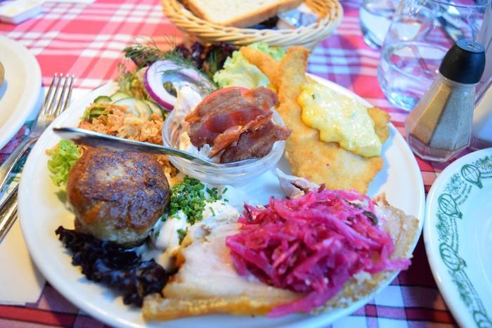 チボリ公園にある1874年創業の園内最古のレストラン。デンマークの伝統料理を中心にメニューも豊富な上、リーズナブルでボリューム満点。オープンサンド1皿でもお腹いっぱいになります。