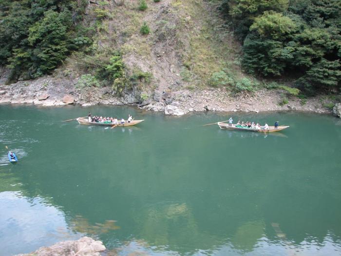 眼下を流れる保津川の緑に心癒されていると、途中で、保津川下りの船やラフティングの船に出会うことも!