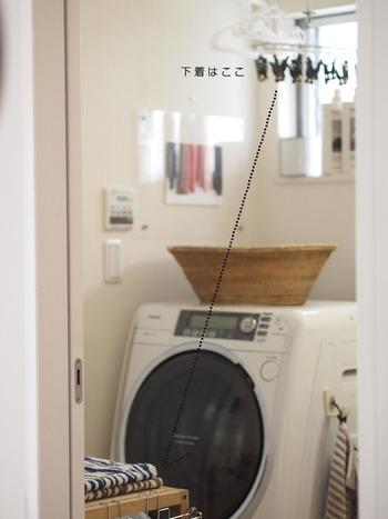 例えば、こちらのご家庭では干す物を小分けにされています。下着類などは洗濯機の上の小さな物干しへ。乾いたら目の前の引き出しにそのまま収納するそうです。