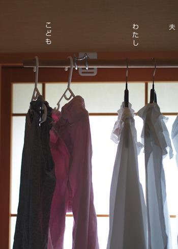 """そして、ハンガーにかけた洋服は、室内干しスペースとして利用している和室へ。ネジや釘などを使わずに設置できる""""物干し掛け""""を利用して、家族みんなの分をまとめて干します。"""