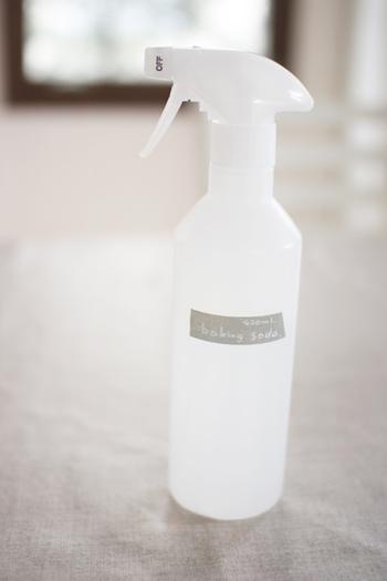 """同じくフローロングのベタベタに効果があると言われているのが""""重曹""""です。オリジナルのスプレーボトルを用意しておくと、お掃除がもっと楽しくなりますよ。重曹スプレーの分量は、水400ccに重曹小さじ4。適度にフローリングにスプレーして、モップや雑巾などで拭き取りましょう。"""