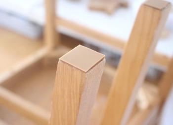 こちらは100円ショップで手に入る、滑りを良くするためのシール。椅子の脚の裏などに貼って使います。湿気の多い季節も、家具がスルスルとよく動くようになりますよ!