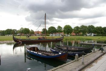 コペンハーゲンから電車で20分のところにあるロスキレはその昔ヴァイキングが住んでいた街。博物館には5隻の本物のヴァイキング船が展示されているほか、造船現場やロープ作り現場の見学、ヴァイキングの衣装を体験できるコーナーなどヴァイキングの世界を体感できます。