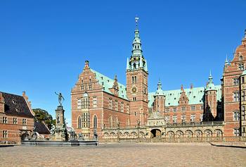 コペンハーゲン郊外のヒレレズにあるデンマークで最も美しいと称されるフレデリクスボー城。パラス湖に浮かぶ小島の上に佇むその姿は優美で思わずため息が出るほど。バロック様式の美しい庭園も必見です。