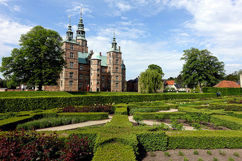 クリスチャン4世の夏の離宮として建てられたローゼンボー城。周辺に広がるルネッサンス様式の美しい庭園はデンマーク最古の庭園とされ、コペンハーゲン市民にとって緑豊かな憩いの場となっています。デンマークの王室コレクションやロシアの女帝エカチェリーナ2世のために制作されたロイヤル·コペンハーゲンのオリジナルのフローラダニカシリーズは見逃し厳禁ですよ!