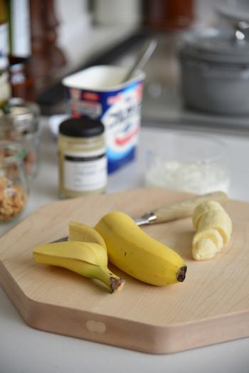完全に熟しきってしまったバナナは皮をむき、冷凍庫で保存しましょう。ラップを巻きますが、その際に空気に触れないようにしっかりと巻くのがポイントです。ジュースや手作りデザートに加えると美味しいですよ。