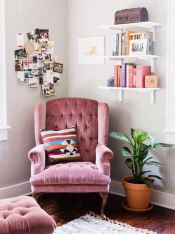 先ほどもウォールシェルフをご紹介しましたが、こちらはまさに空中本棚のようなフォトジェニックな使用例。床に置かずに壁を有効活用できるのでスペースが限られているお部屋にもおすすめです。写真のように、ソファやクッション、観葉植物などと一緒に、読書コーナーのようなイメージでまとめても素敵ですね。(※ウォールシェルフの耐荷重には気をつけてくださいね!)
