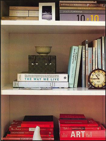 本を収納するとなると、ついきっちり立てて並べがちですが、この写真のように平置きにしてみたり、背表紙の色を同系色でまとめてみるのもおしゃれな見せ方。かといってあまり見た目を気にしすぎて、本の取り出しづらい本棚になっては困るので、普段使わない本は目線より下の段にまとめたり、メリハリが必要ですね。