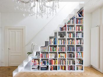 スマホやタブレットの普及で本離れが進んでいるとはいいますが、本屋さんに行けば、おしゃれな雑誌や興味を惹かれるタイトルの本が沢山あって、つい手が伸びて大人買いしてしまう・・なんてこともあるでしょう。でも、衝動買いした本の置き場所が定まらず、お部屋の床にいつまでも放置・・なんてことがないよう、本棚が家にあるとやっぱり便利ですよね。