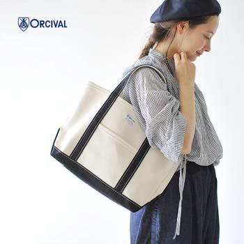 オーシバルのバッグといえば、ハズせないのがトートバッグ。ネイビーやグレーなどのベーシックカラーはもちろん、春夏にぴったりの明るいカラーも展開しています。厚みがあるしっかりとしたコットン生地を使用しているので丈夫。 A4ファイルがすっぽり収まるので、デイリー使いにおすすめです。