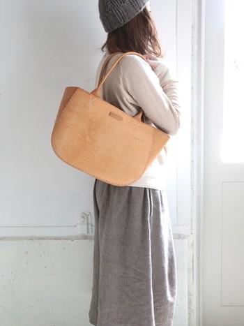 コロンと丸みを帯びたシルエットが大人かわいい、トートバッグ。全て革素材で作られているため、上品で高級感があるバッグに仕上がっています。1年以上をかけてゆったりと作られている革を使用しているため、使うほど味わい深い飴色に変化していきます。