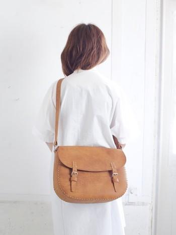 ショルダーバッグと同じく、全て革素材で作られたショルダータイプのバッグ。収納力が高く、バッグの内側には革のポケットが2つ付いています。ステッチがぐるりと入っていて、上質なバッグのおしゃれなアクセントになっています。