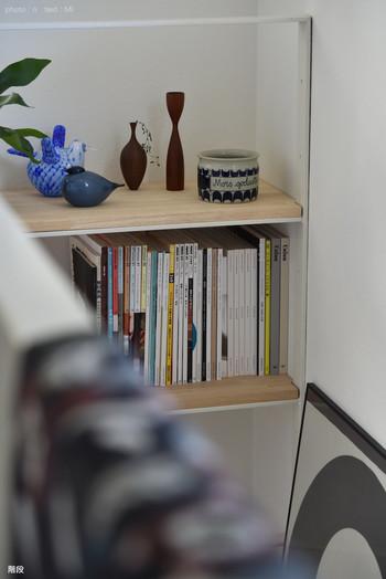 本棚を簡単におしゃれに見せるにはやはりインテリア小物との組み合わせが一番。本だけをずらっと並べるだけでなくお気に入りの雑貨やグリーンなどと合わせて、空間にゆとりを持たせて本を収納するだけでぐっとおしゃれに見えますよ。