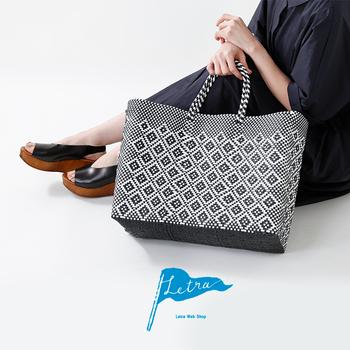 メルカドバッグは、レトラの中でも人気のバッグ。メルカドバッグとは、主にプラスチックで作られたメキシコのかごバッグのこと。メルカドとは「市場」という意味で、メキシコではマルシェバッグとして利用されているのだそう。「BASIC SERIES」は、プラスチックをしっかりと編み上げていて、汚れや水に強いのが特徴です。