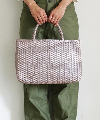 軽やかなメッシュトートでありながら、牛革を使用しているため、落ち着いた大人のバッグに仕上がっています。A4サイズがぴったりと収まり、ハンドルを肩がけすることも可能です。