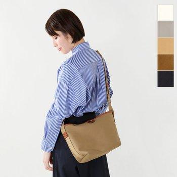 「KINROSS(キンロス)」シリーズは、フィッシングやハンティングなどで使うバッグを、現代風にアレンジしています。ミリタリー仕様なので耐久性が高く、底マチが広めに作られているため、収納力もバツグンです。ほどよくコンパクトなサイズなので、メンズライクになりすぎず、女性らしく決まるのも嬉しいポイントです。