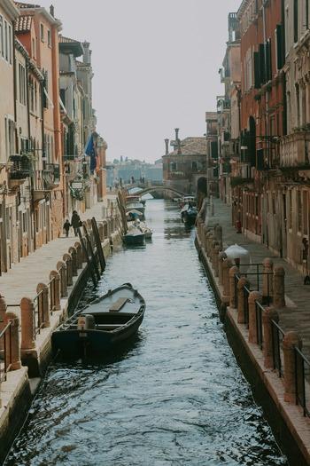 イタリア語は、ローマ帝国時代のラテン語が変化したロマンス語の内の一つとされています。ロマンス語には他にも、フランス語、スペイン語、ポルトガル語がありこれらの言語は文法的にお互いにとてもよく似ています。  ヨーロッパの言語は、全体的に文法が複雑であることで有名ですが、イタリア語はその中でも比較的簡単な言語とされています。音楽や絵画などの芸術文化など世界中から常に注目されている国であり、人気の高い言語と言えるでしょう。