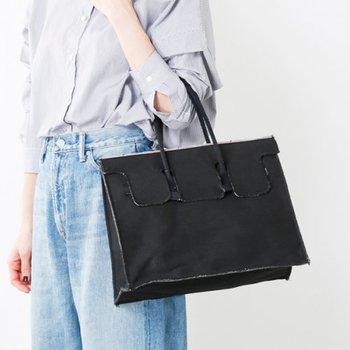 バッグの開け口に、ヴィンテージデニムなどの「赤耳」としても知られている「セルヴィッチ」を使用した贅沢なバッグ。ブラックデニムを使用しているため、キレイめコーデには抜け感をプラスでき、カジュアルコーデには引き締め効果を発揮します。