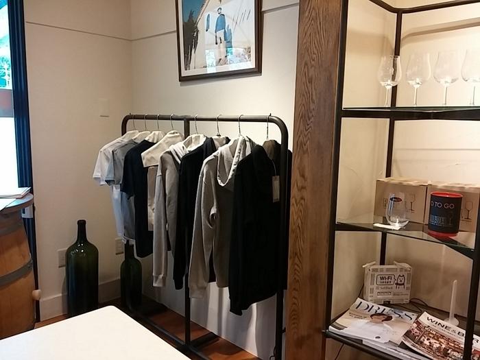 さすがはアパレルメーカーのワイナリー。オリジナルのウェアやバッグも売られています。ワイナリーに来てファッションアイテムまで購入できるとは、素敵ですね。