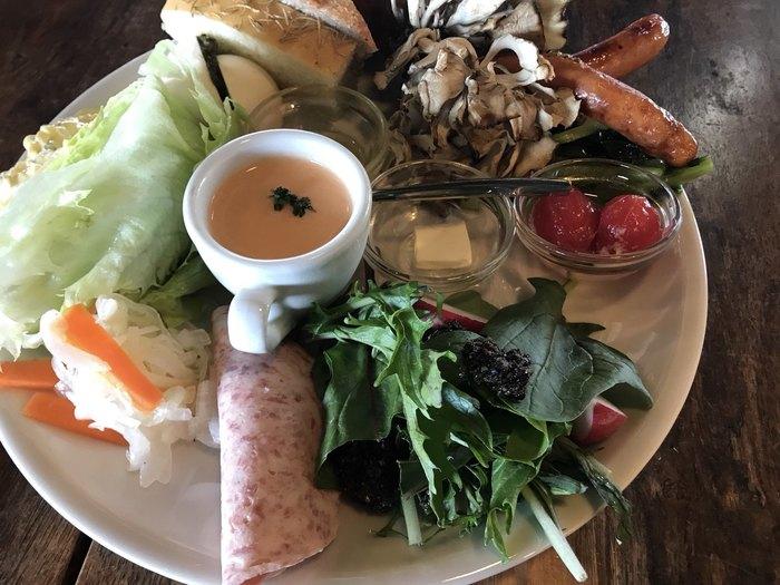 お野菜とパンが盛り盛りに! こちらは「パンの気まぐれブランチ」です。小食な人ならひとりでは食べきれなさそうなほど。
